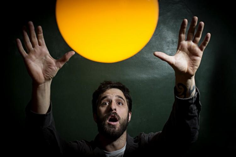 Retrato do humorista no seu bar, em 2013 (foto Eduardo Knapp/Folhapress)