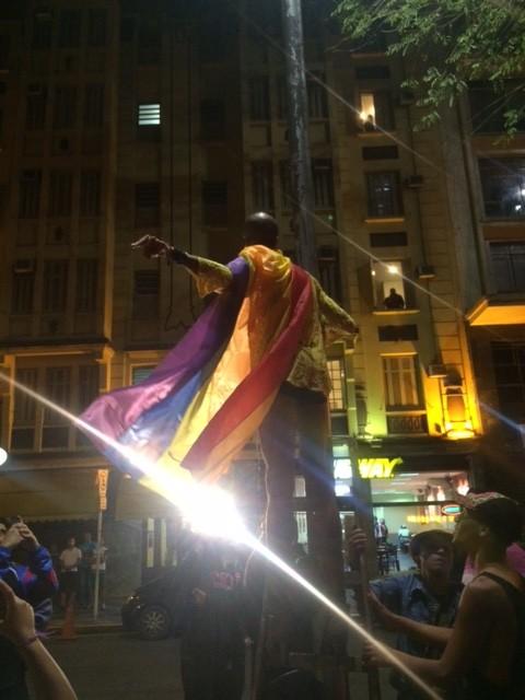 O ativista Rodrigo Costa sobre, de salto, no poste para hastear a bandeira (Chico Felitti Folhapress)