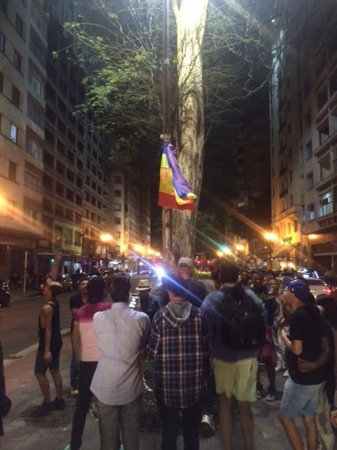 Dezenas de ativistas recolocam a bandeira LGBT, tirada pela prefeitura (Chico Felitti Folhapress)