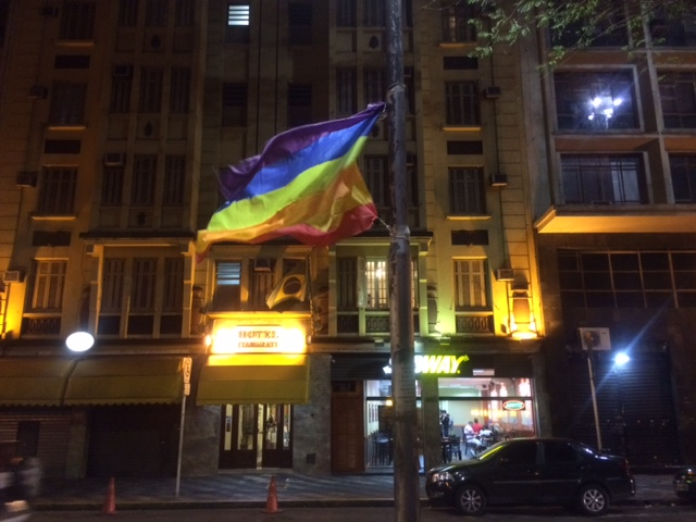 Bandeira hasteada no Arouche por grupo LGBT (Chico Felitti, Folhapress)